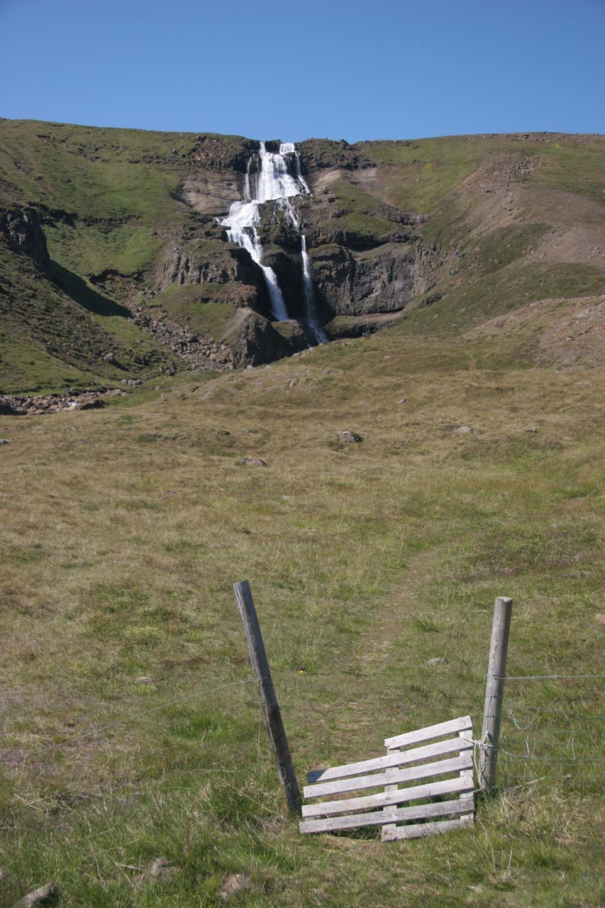 Yst-i-Rjukandi looked like it had a stile fronting it so we got a closer look at the falls