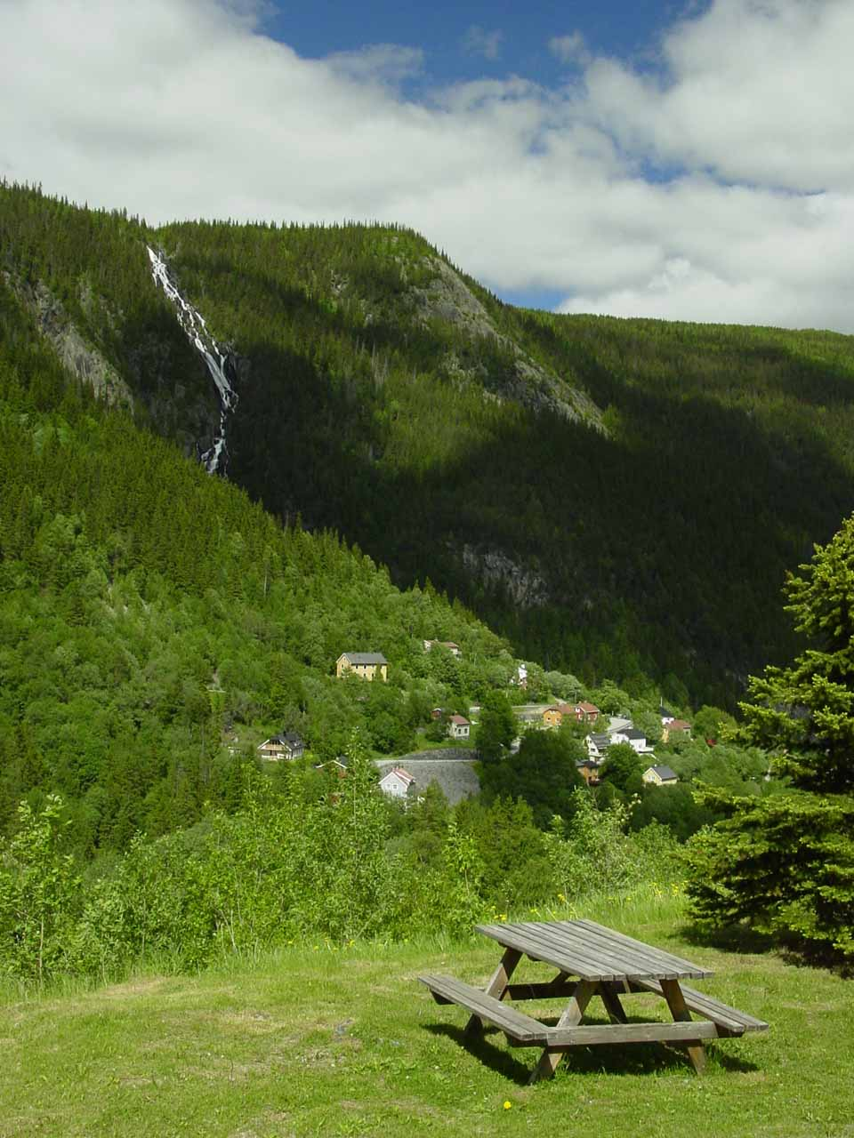 This picnic table was an inviting place to admire the Våeråifossen
