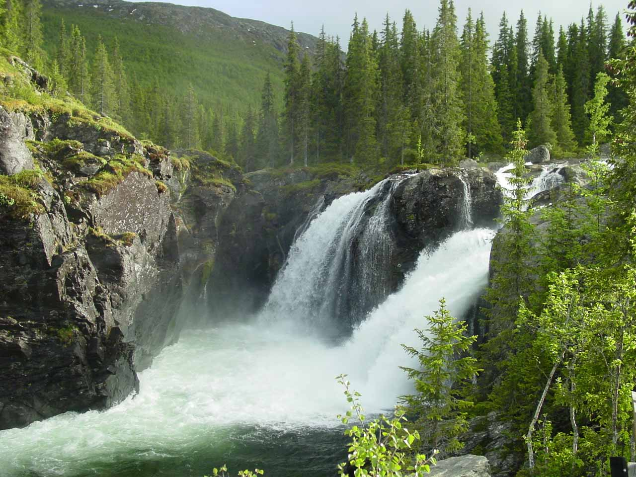 Just a little over 13km west of Hydnefossen was the powerful Rjukandefossen, which was sort of a bonus waterfall for us