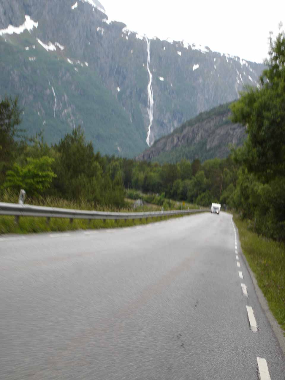 Getting closer to the tall Ølmåafossen