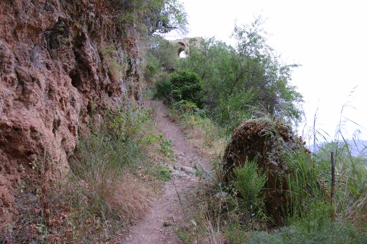 Climbing back up the narrow and rough trail towards the man-made archway that was part of the Murallas de la Albacara (can't tell whether this was the Puerta de los Molinos or the Puerta del Viento)
