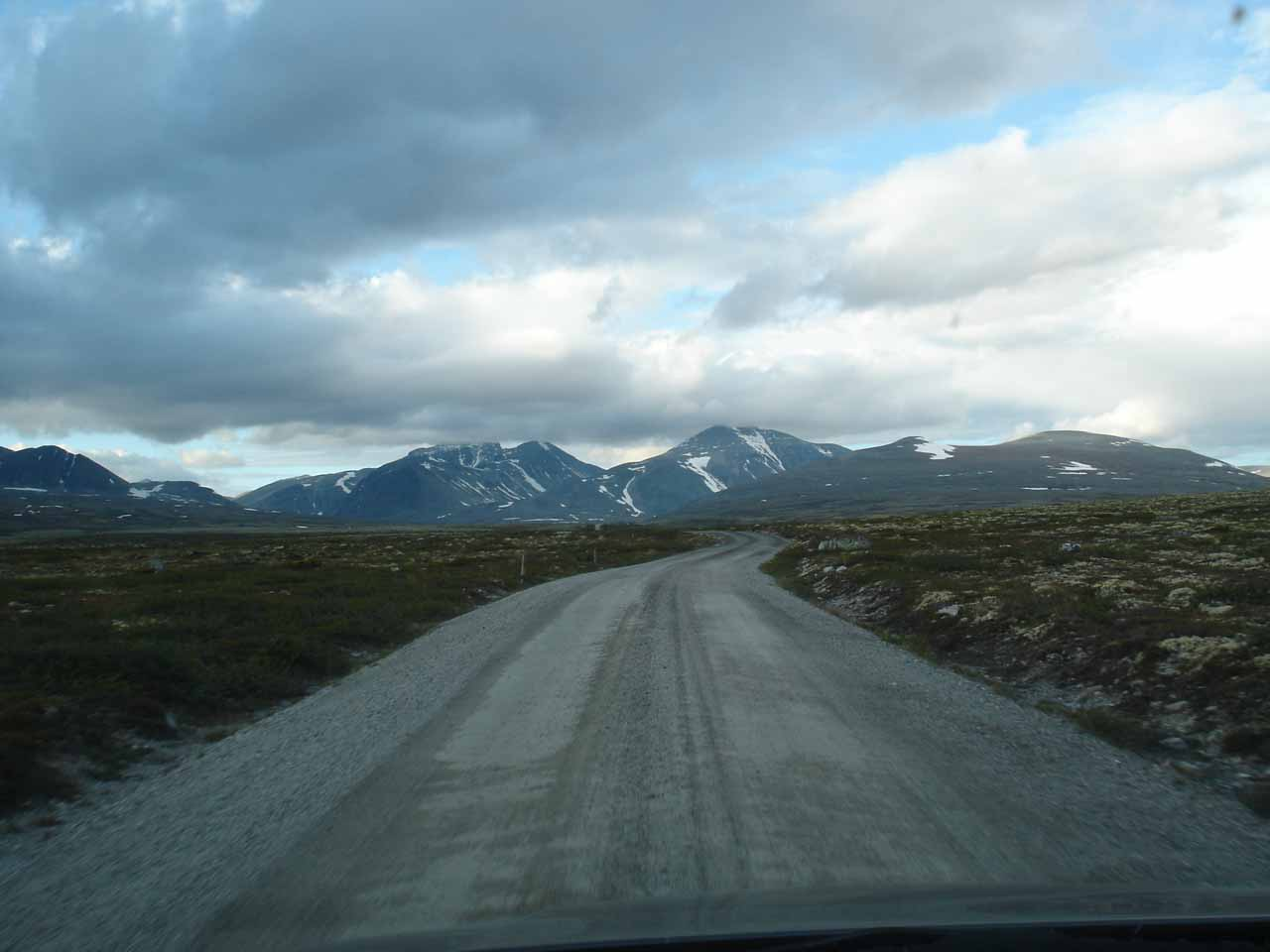 Driving on the unpaved road leading from Mysusæter to Spranget
