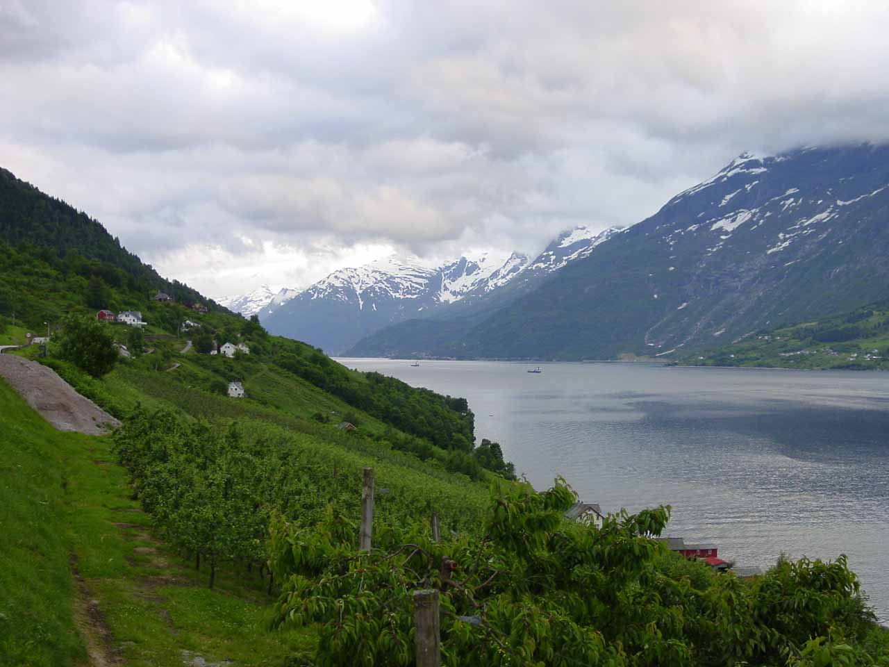 We would continue driving further north along Sørfjorden, which was an attractive fjord flanked by tall mountains with waterfalls