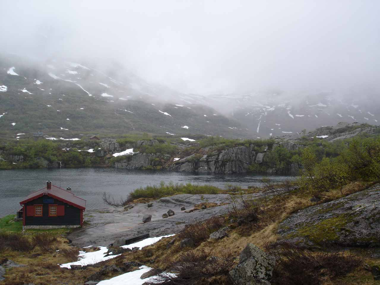 After visiting Hongavikfossen, we continued driving north beyond Sauda into the moorish highlands on the way to Roldal. During the drive, we saw scenic spots like this despite the bad weather