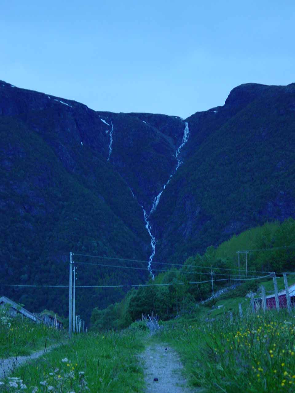 We noticed this giant falls during our late drive back to Lærdal from Hemsedal along the Rv52. We don't know its name but our GPS suggested it could be on Borlosgrovi, Geitåni, or Galdestølelvi