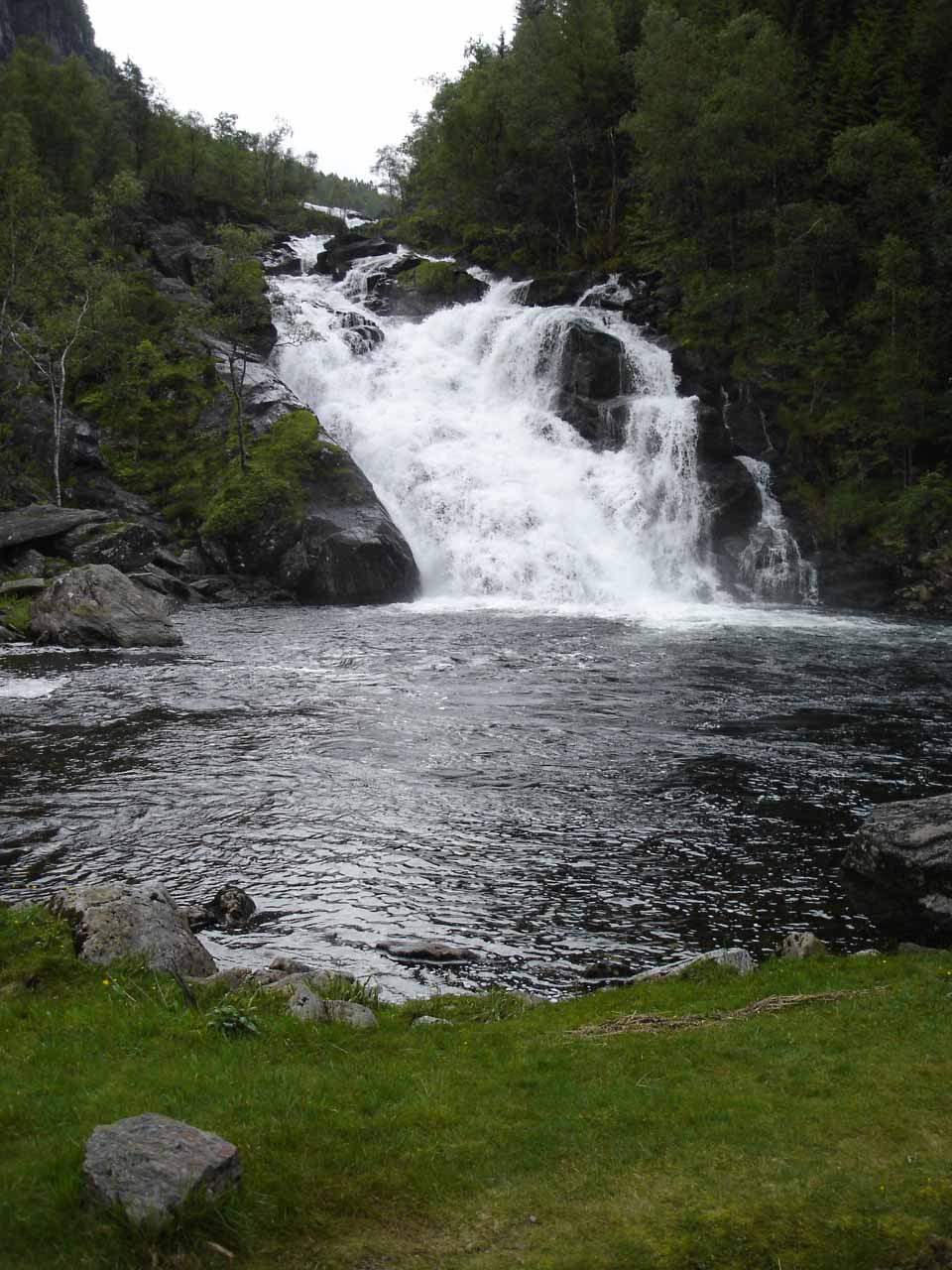 A closer look at that waterfall west of Fossen Bratte