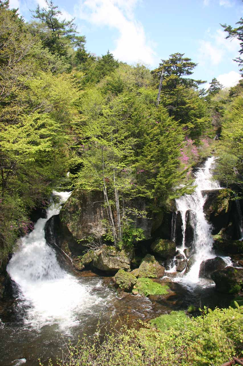 Now looking at the pair of waterfalls making up the Ryuzu-no-taki