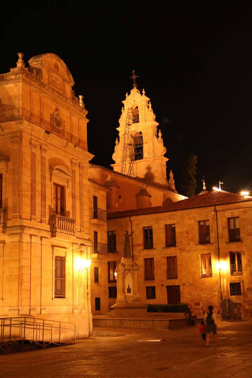 Julie and Tahia passing through the Plaza Juan XXIII at night