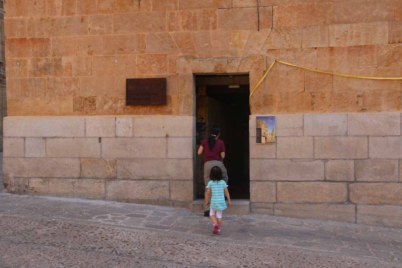 Julie and Tahia entering Ieronimus