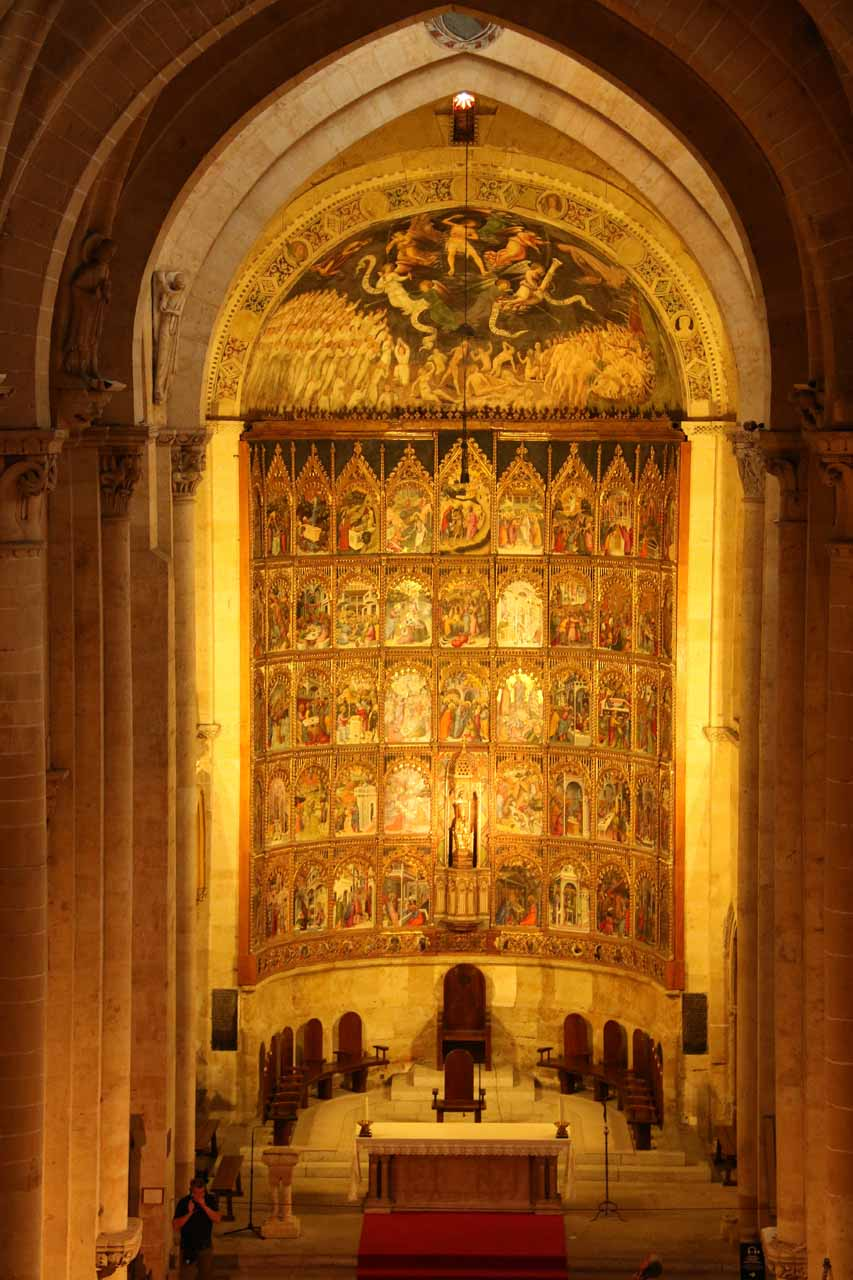 All zoomed in on the grand altar of the Old Cathedral seen from Ieronimus