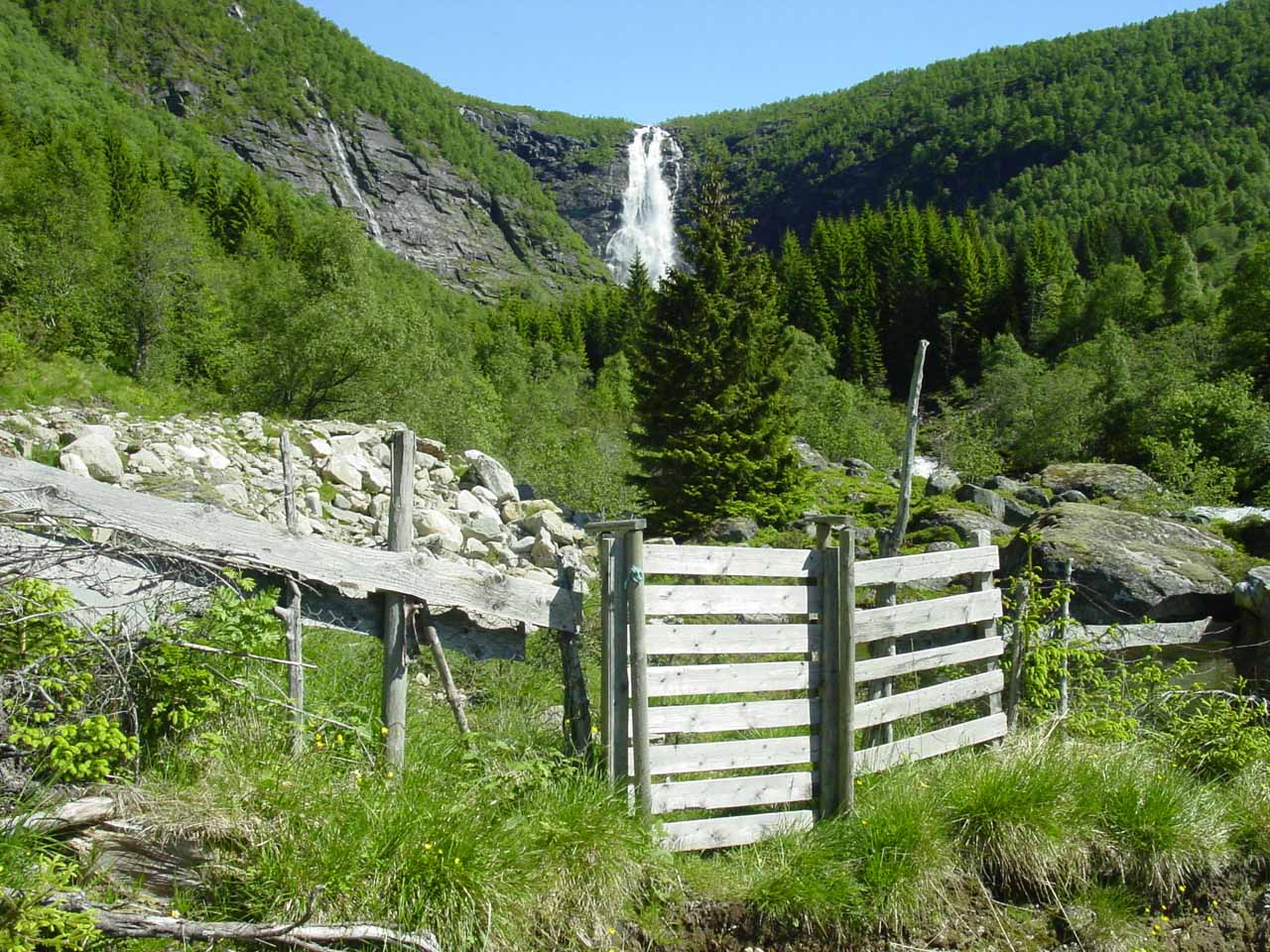 This fence prevented me from continuing further to get closer to Sanddalsfossen
