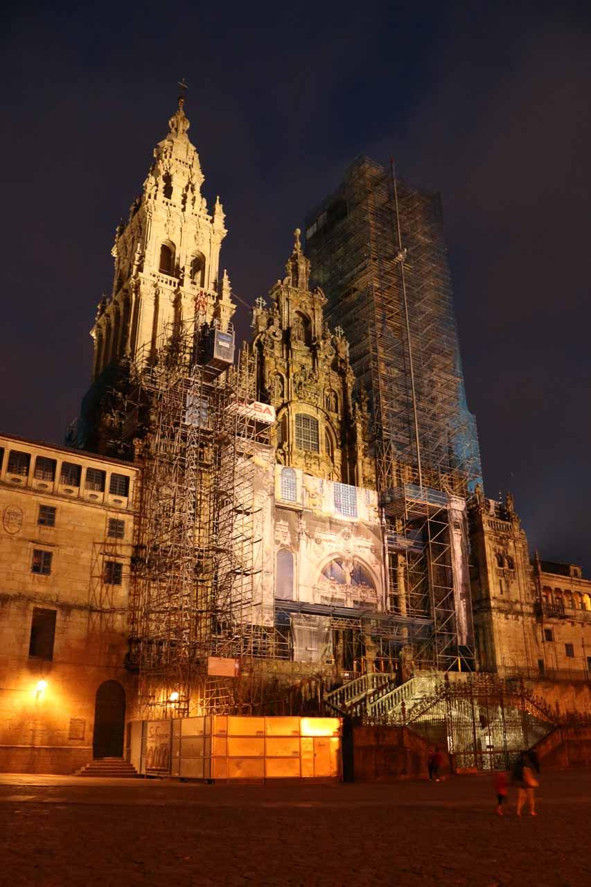 Another look at the heavily scaffolded Catedral de Santiago de Compostela from the Praza do Obradoiro at night