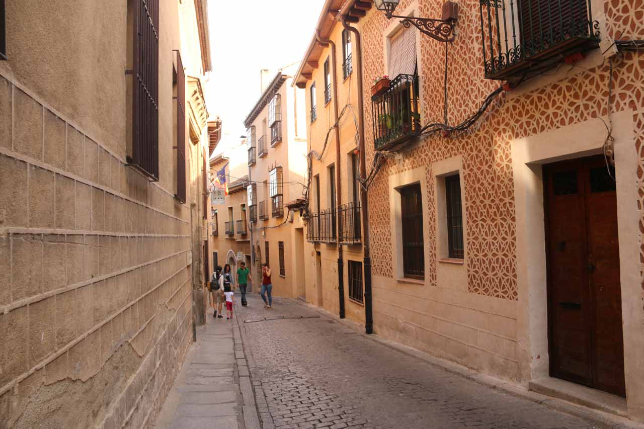 Julie and Tahia walking in Calle de Daoiz, which featured these elaborate walls and patterns which clearly were Moorish