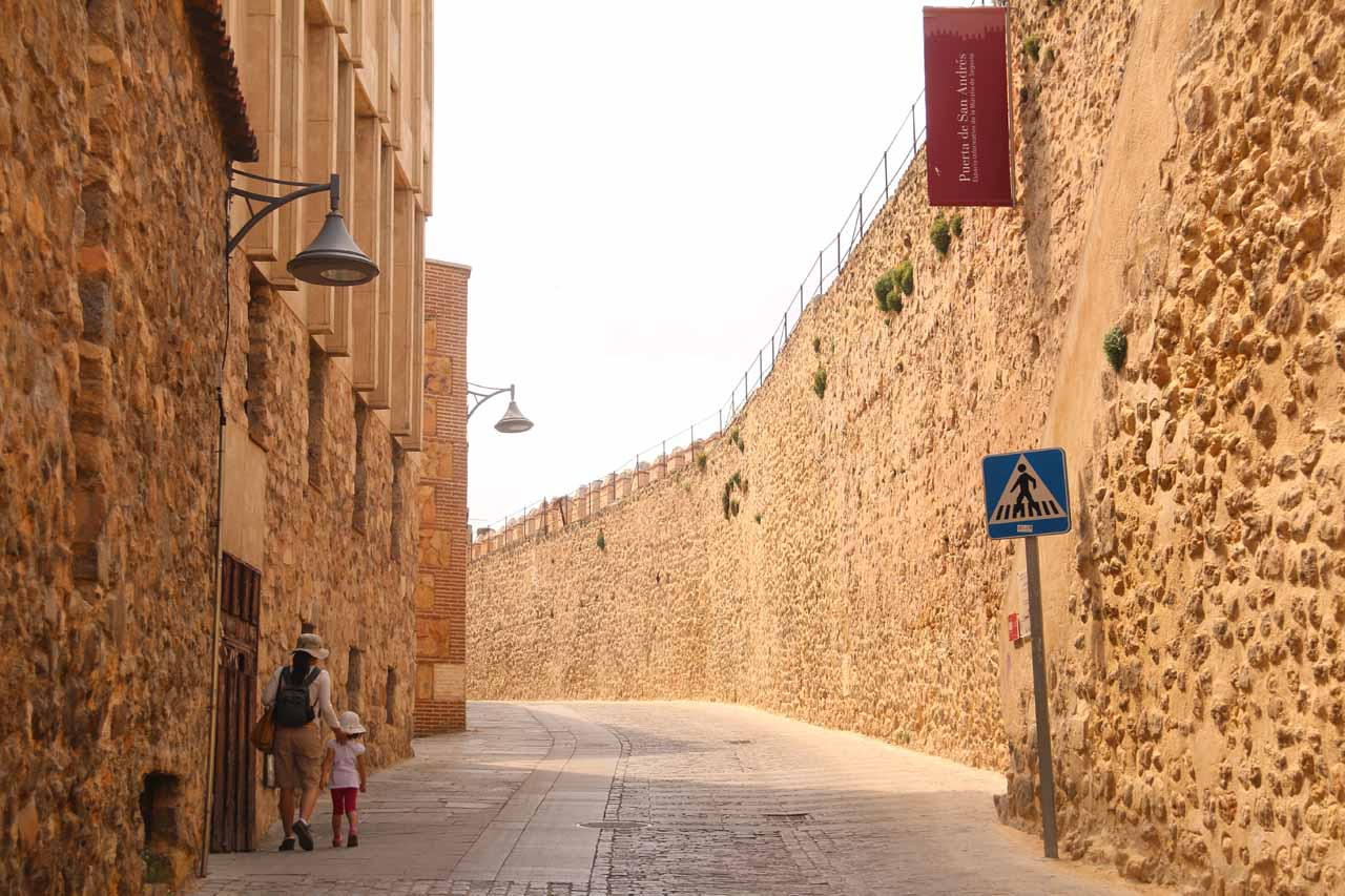 Tahia and Julie walking along the castle walls en route to get back to the Plaza Mayor and the Catedral de Segovia