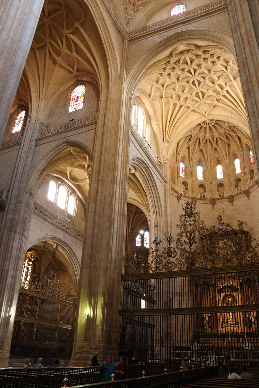 Angled look towards the altar of the Catedral de Segovia