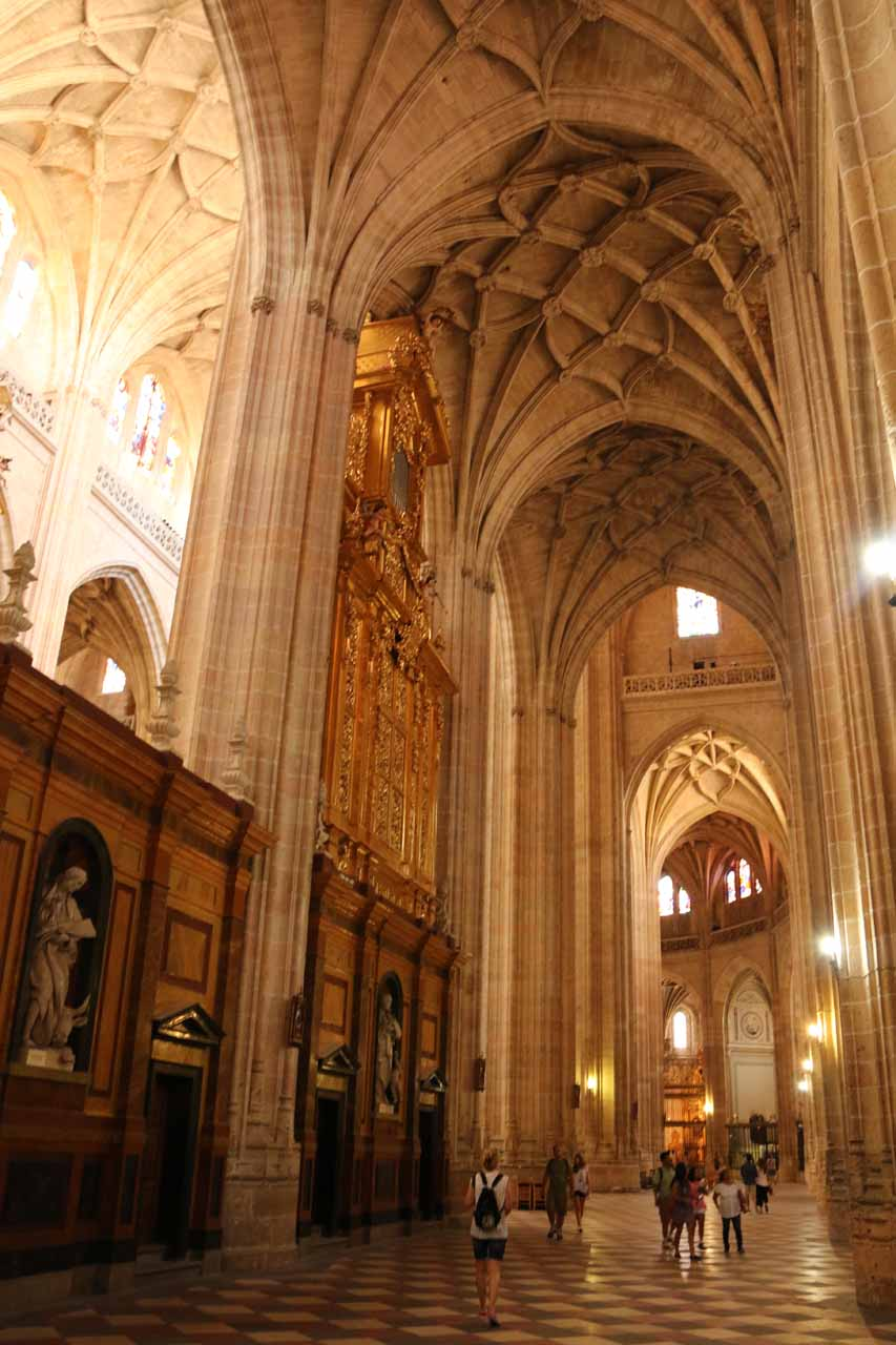 Another look at the towering archways on the perimeter of the main altar within the Catedral de Segovia