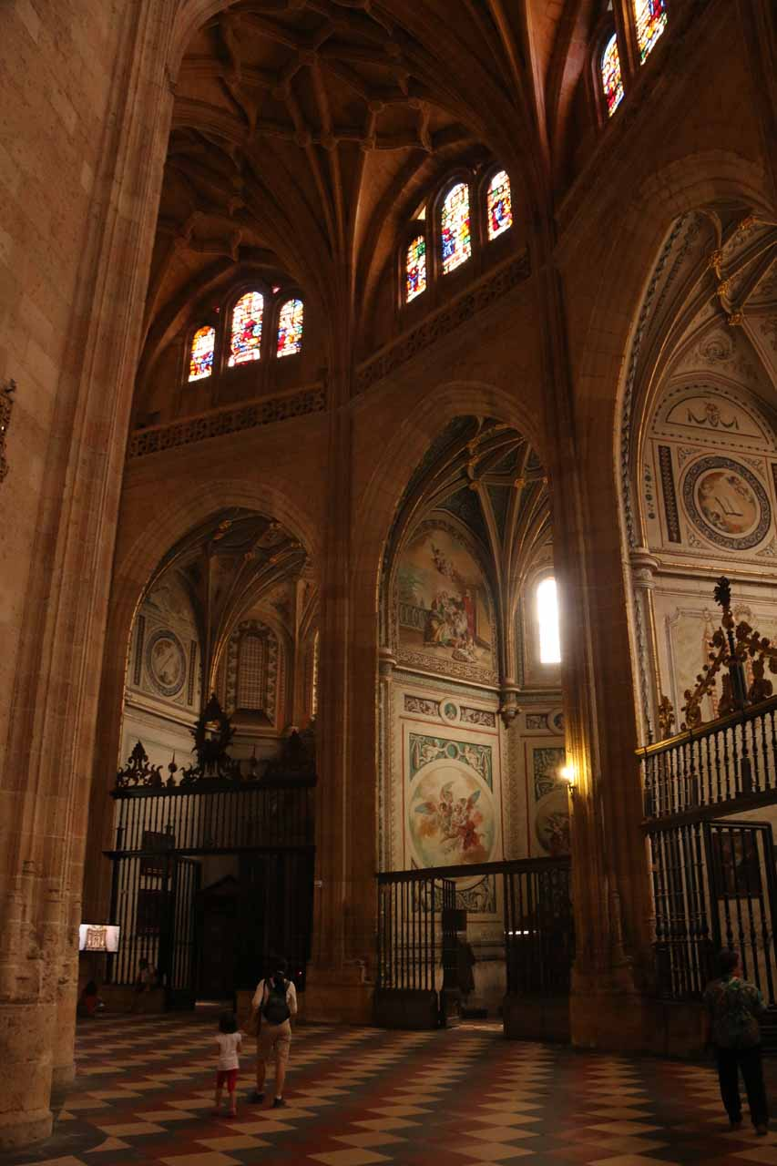 Julie and Tahia walking behind the main altar within the Catedral de Segovia