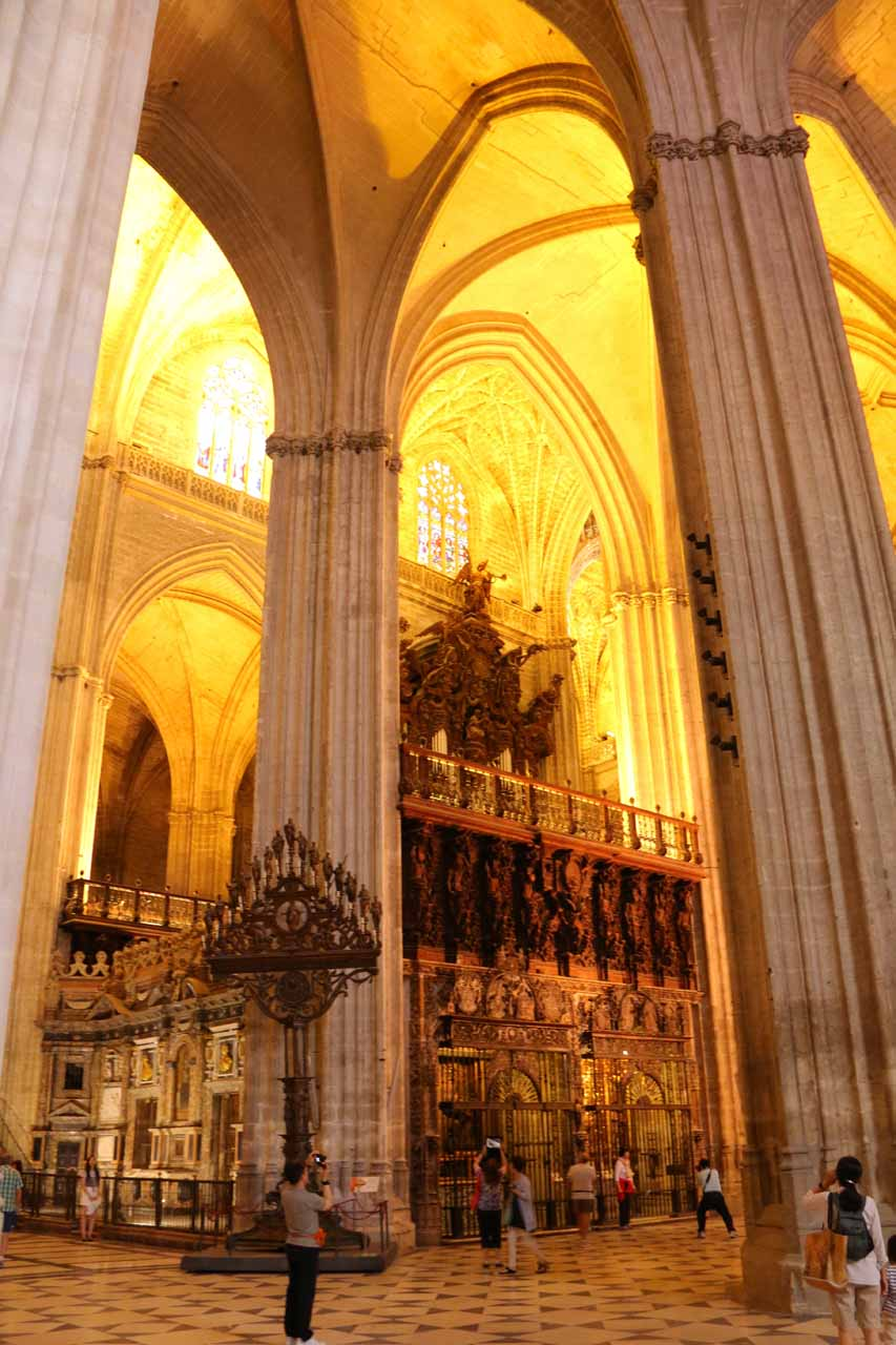 Looking up at the tall pillars within the Catedral de Sevilla