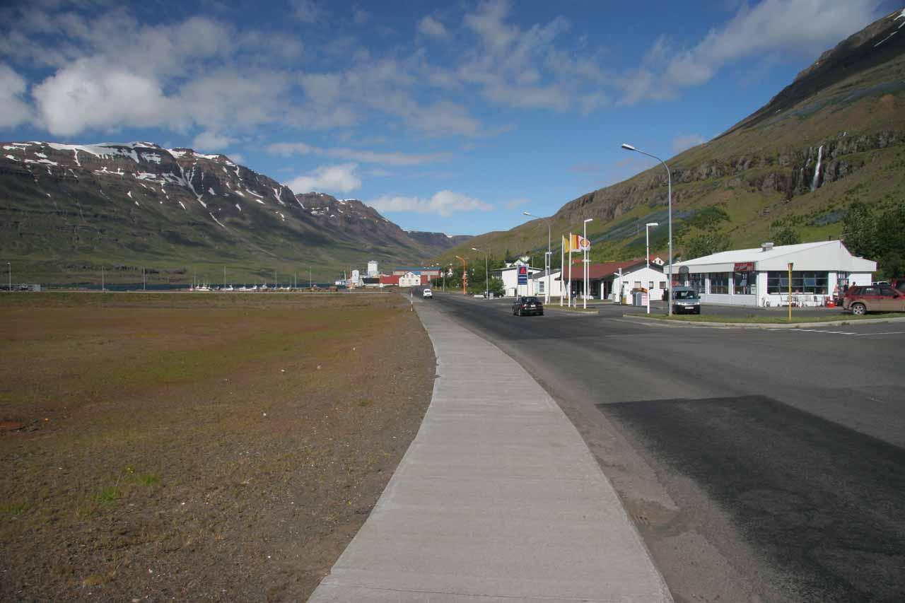 Contextual look at that waterfall in the town of Seyðisfjörður