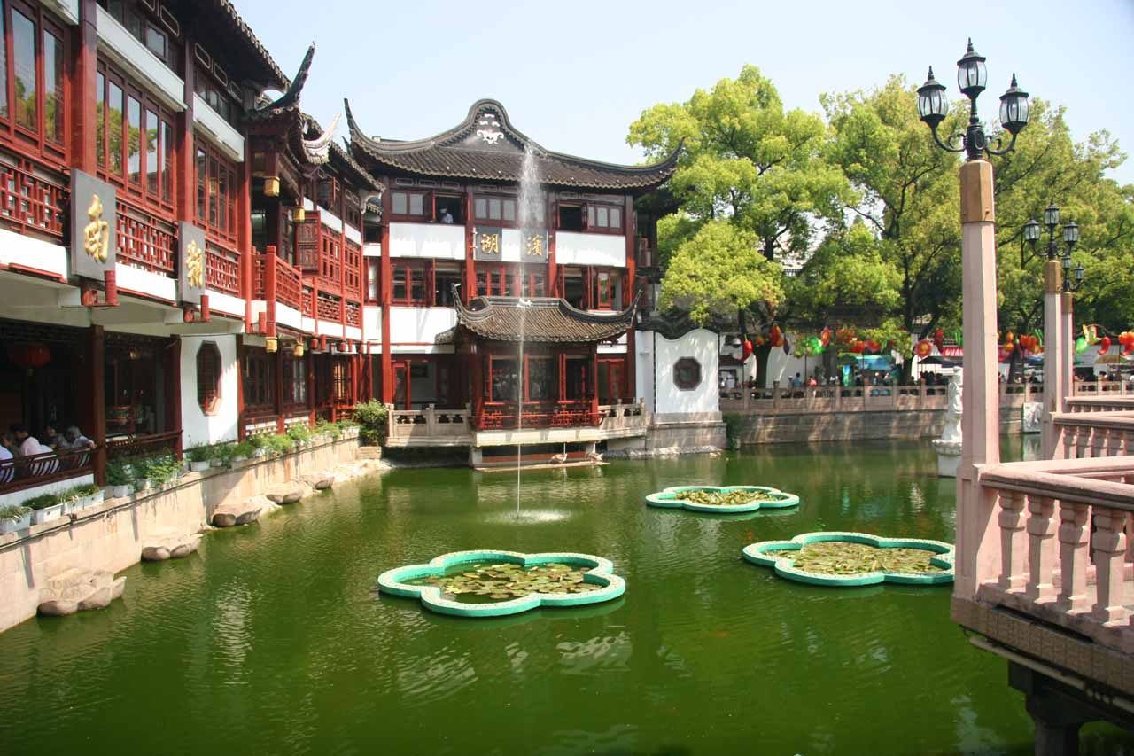 Fountain at the Yu Garden front