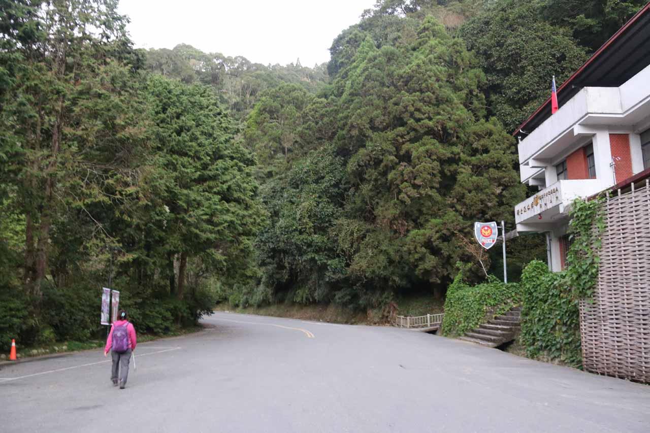 Walking along the road towards the Shanlinhsi entrance