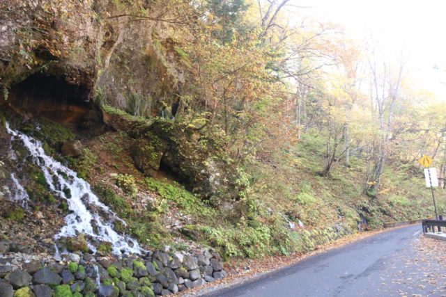 Shirahone_Onsen_034_10192016 - context of the Ryujin Waterfall and the road passing before it