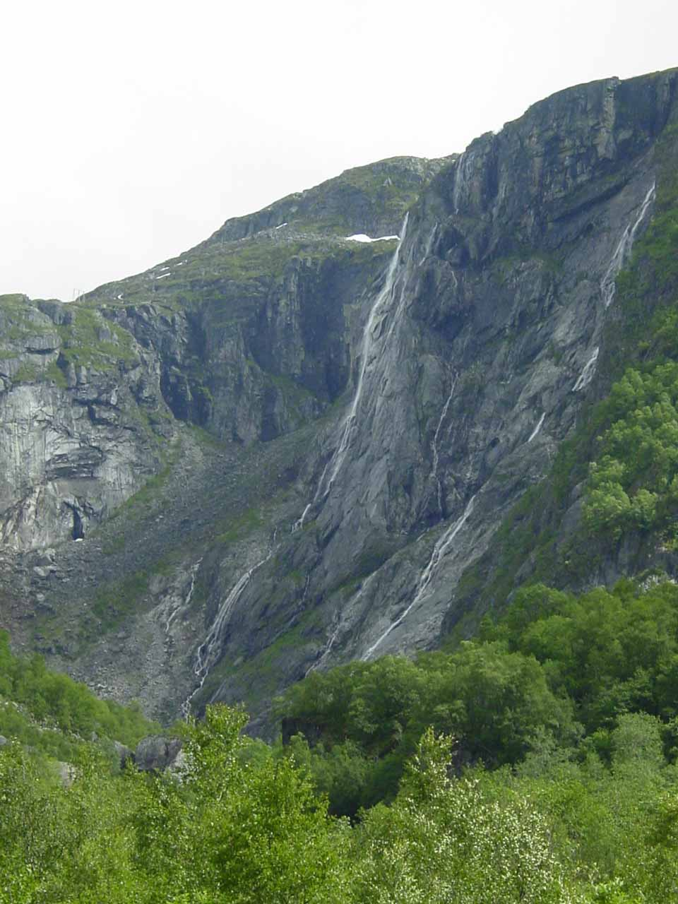 Closer look at the thin pair of waterfalls near the spot where Rembesdalsfossen was supposed to be