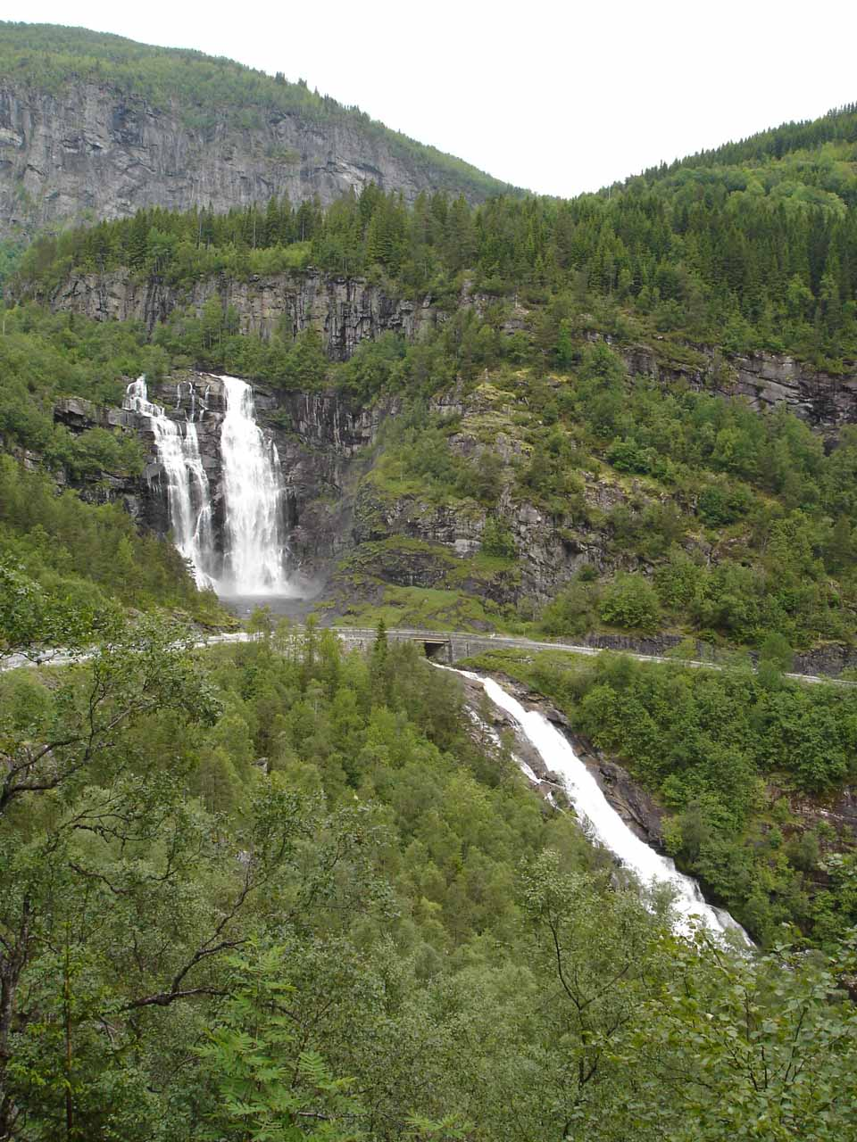 Portrait view of the full context of Skjervsfossen from Skjervet