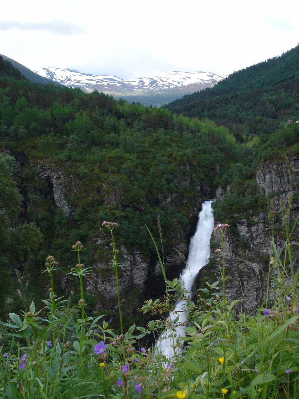 As we started to descend Stalheimskleiva, we started to get partial views of Stalheimsfossen and the mountains beyond