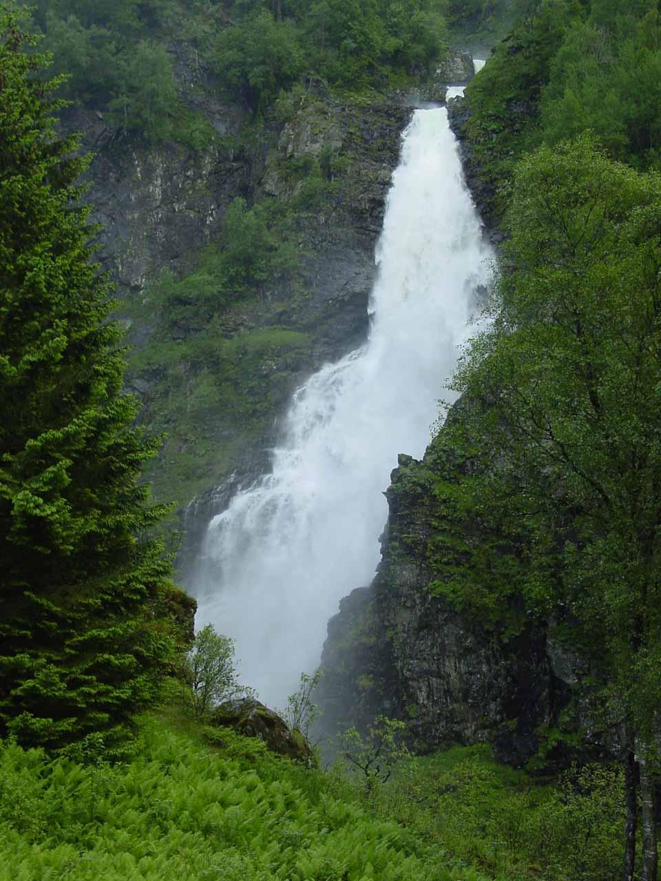 Further down Stalheimskleiva, we started to get more direct views of Stalheimsfossen