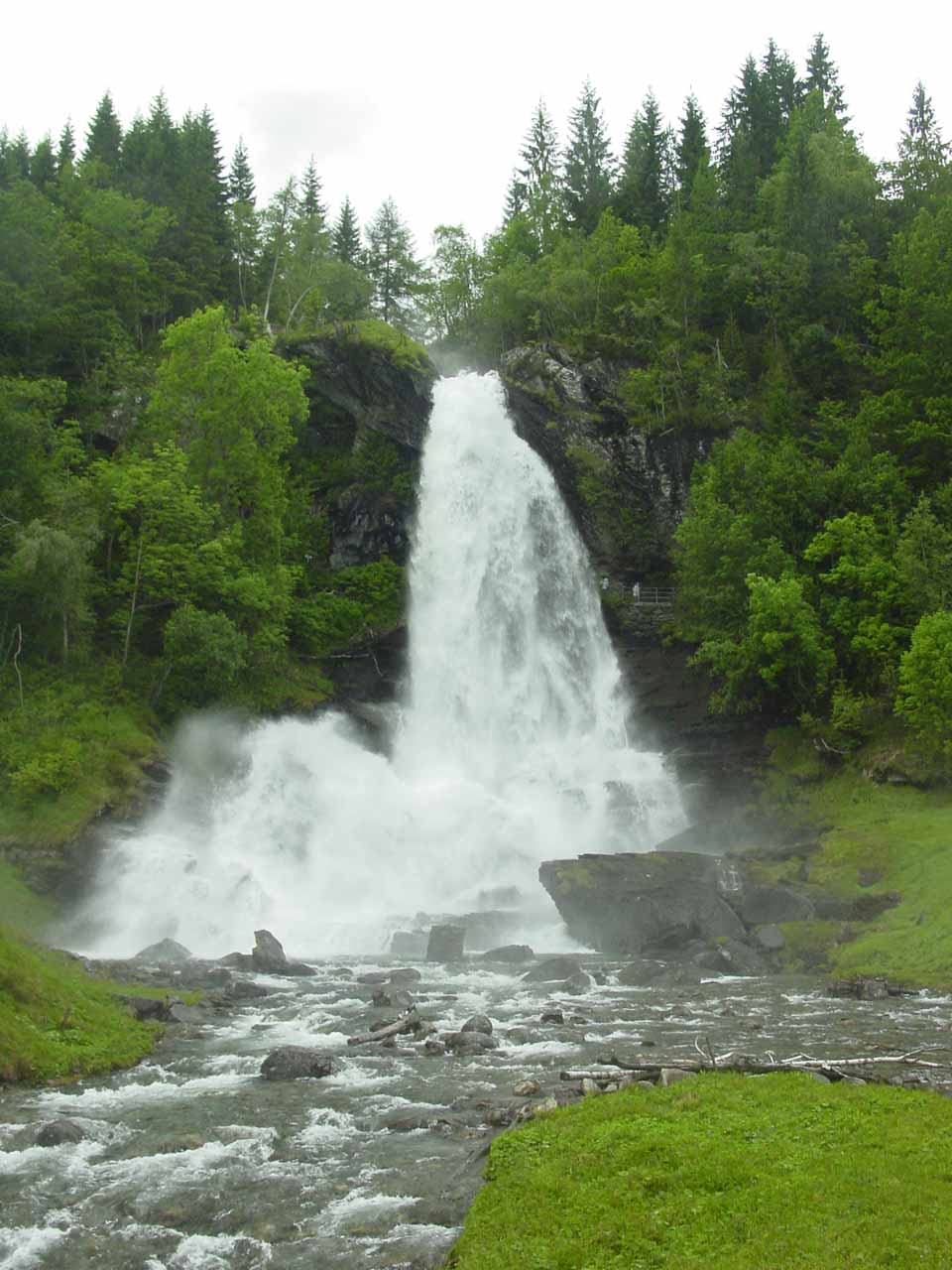 We then walked more towards the bridge for this more frontal view of Steinsdalsfossen