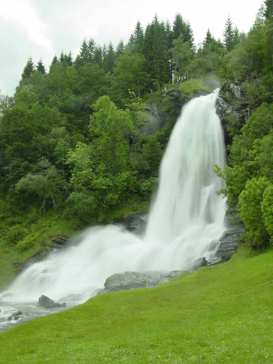 About 24km east of Fossen Bratte on the Fylkesvei 7 (which later became the Motorvei 7 or Mv7) was the popular Steinsdalsfossen