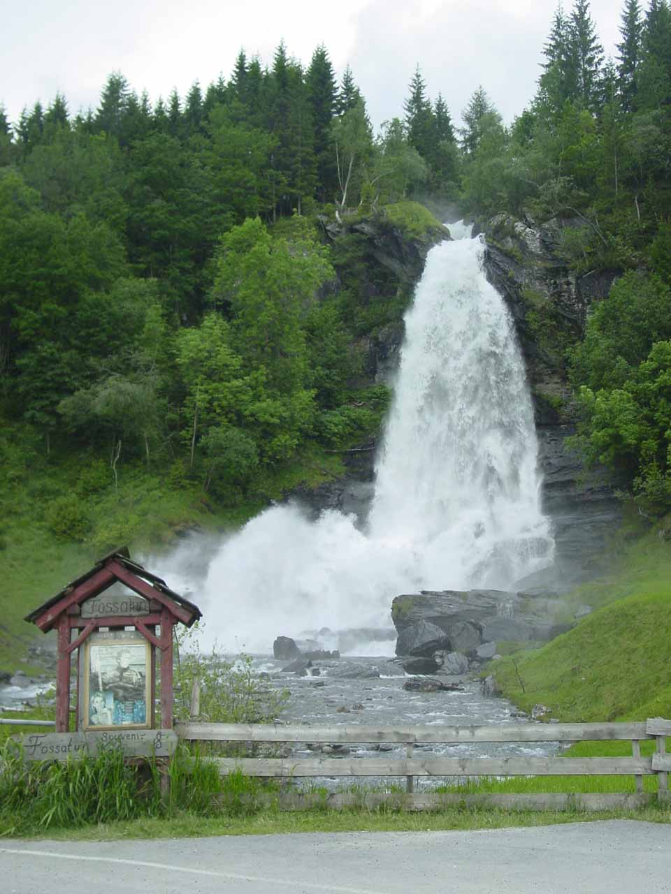 This was one of our last looks at Steinsdalsfossen as we were about to head back to the E16 along the Mv7