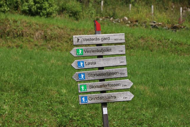 Storseterfossen_009_07182019 - When starting the hike from the Vesterås Farm, as you can see from this sign, you have a choice of which Storsæterfossen Trail to take - the 1.5km path or the 2.0km path.  The easier path was actually the longer 2.0km 'green' path