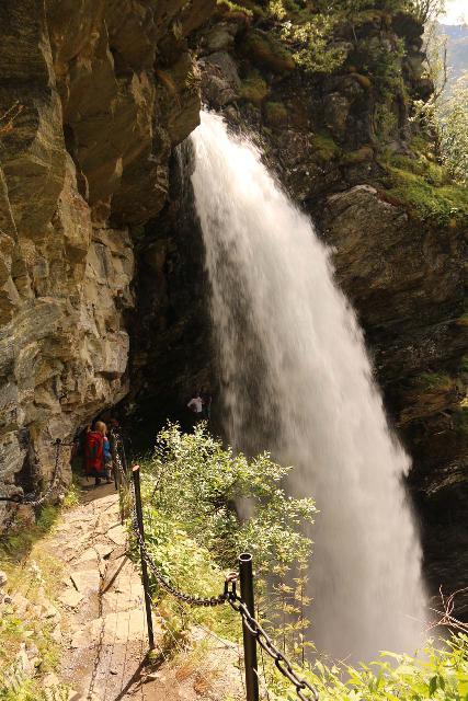 Storseterfossen_088_07182019 - Descending the narrow cliff-hugging trail to get to the backside of Storseterfossen