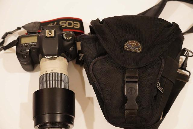 The Tamrac 5627 Pro Digital Zoom 7 bag could barely fit this Canon EOS 70D body with a 70-200mm telephoto lens attached (with the hood turned inwards)