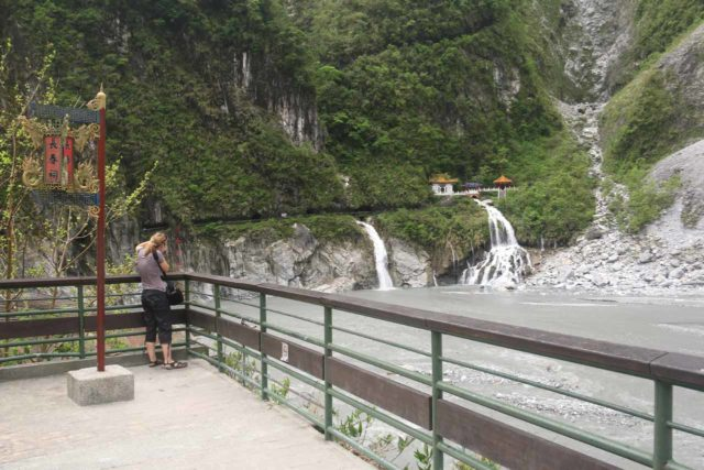 Taroko_Gorge_290_10262016 - The lookout adjacent to the car park with a nice view across the Liwu River towards the Shrine of the Eternal Spring
