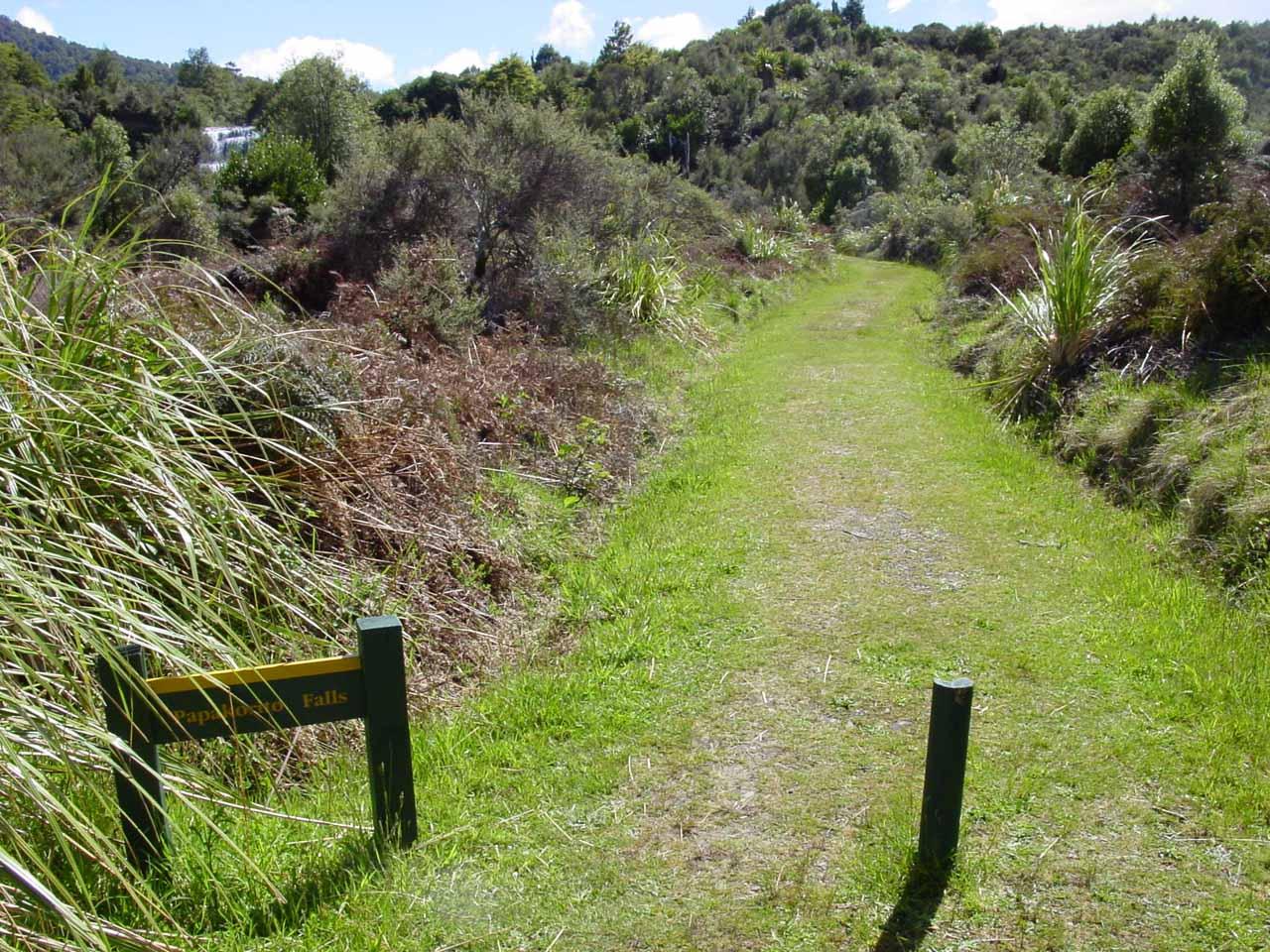 Start of the short 2-minute trail to Papakorito Falls