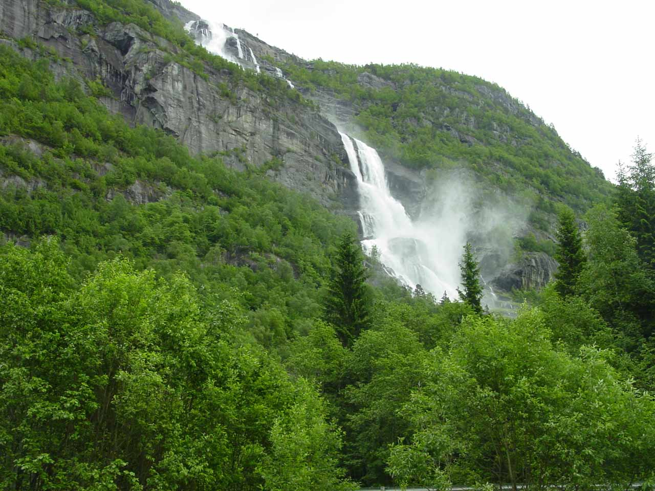 After having my fill of Strondsfossen, I turned around and this was the waterfall Tjørnadalsfossen that took me by surprise