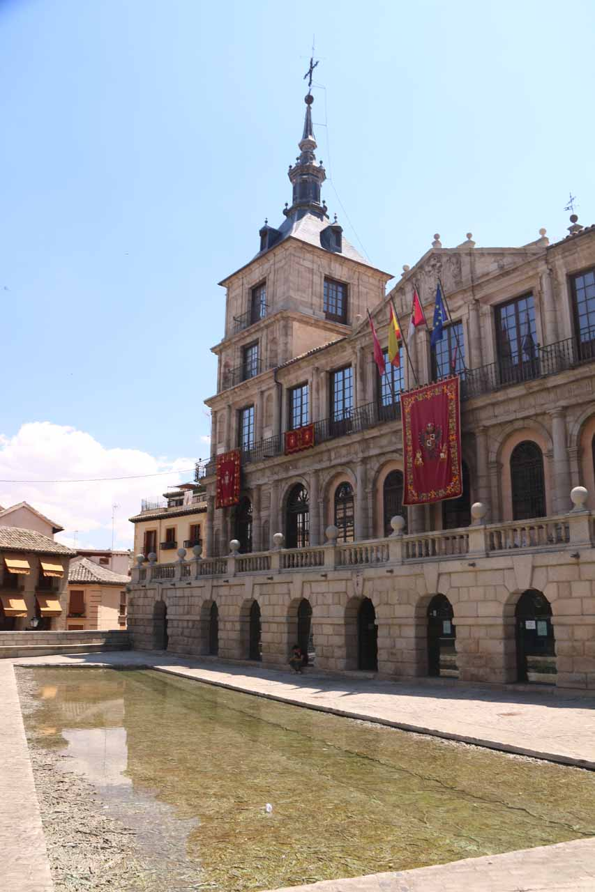 Another look over the shallow pond at the Plaza de Ayuntamiento
