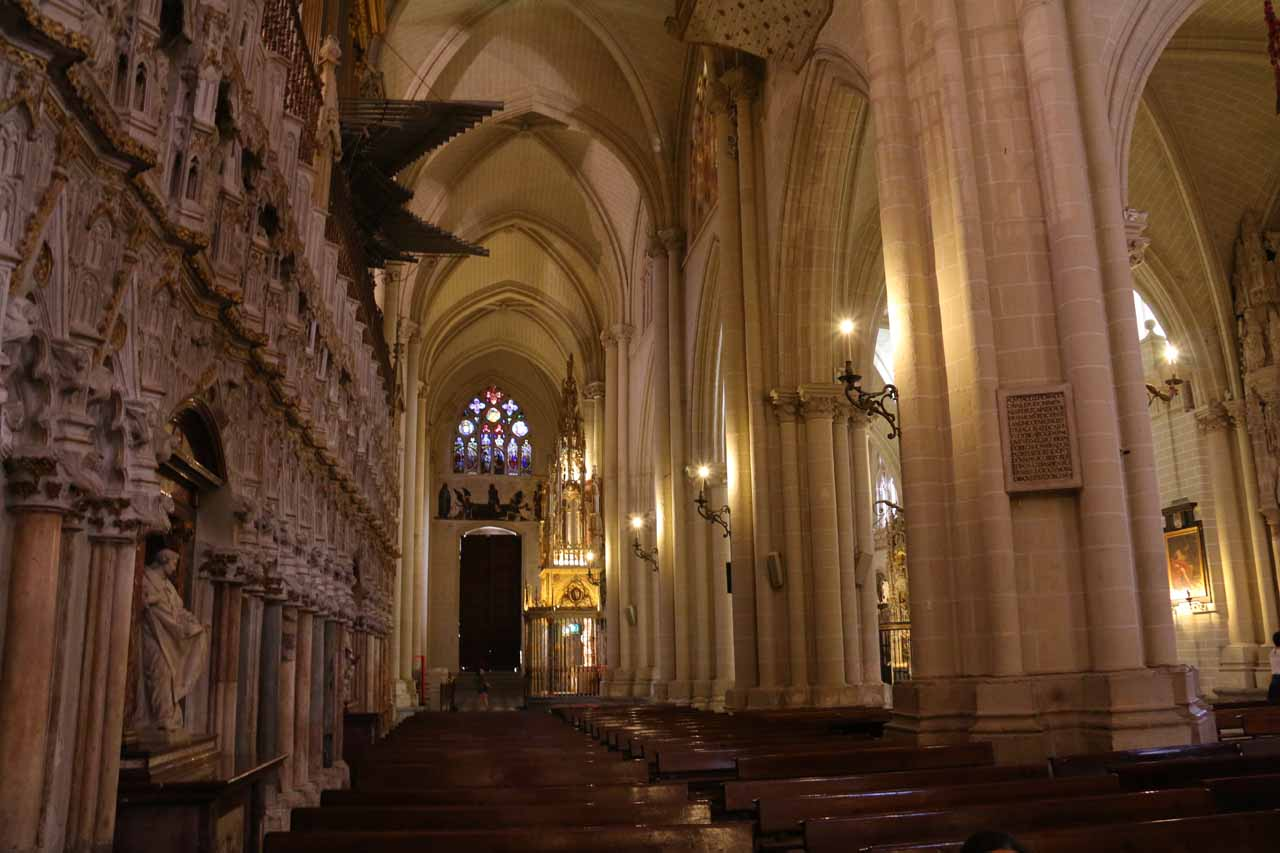Looking at the columns just outside the main altar inside the Catedral de Toledo