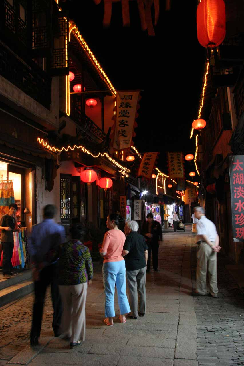 Some pockets of activity in Tongli at night