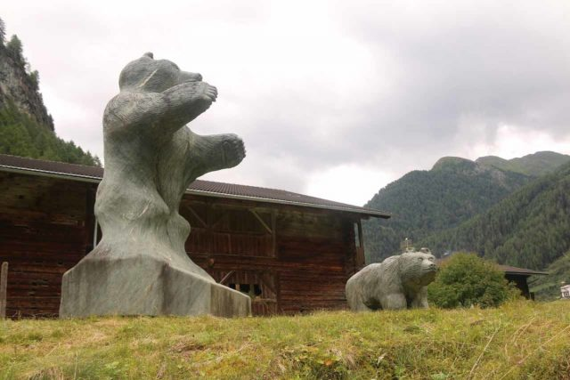 Umbal_Waterfalls_298_07162018 - Bear statues near the signed 'Wasserschaupfad Umbalfälle' close to the head of the Virgental Valley
