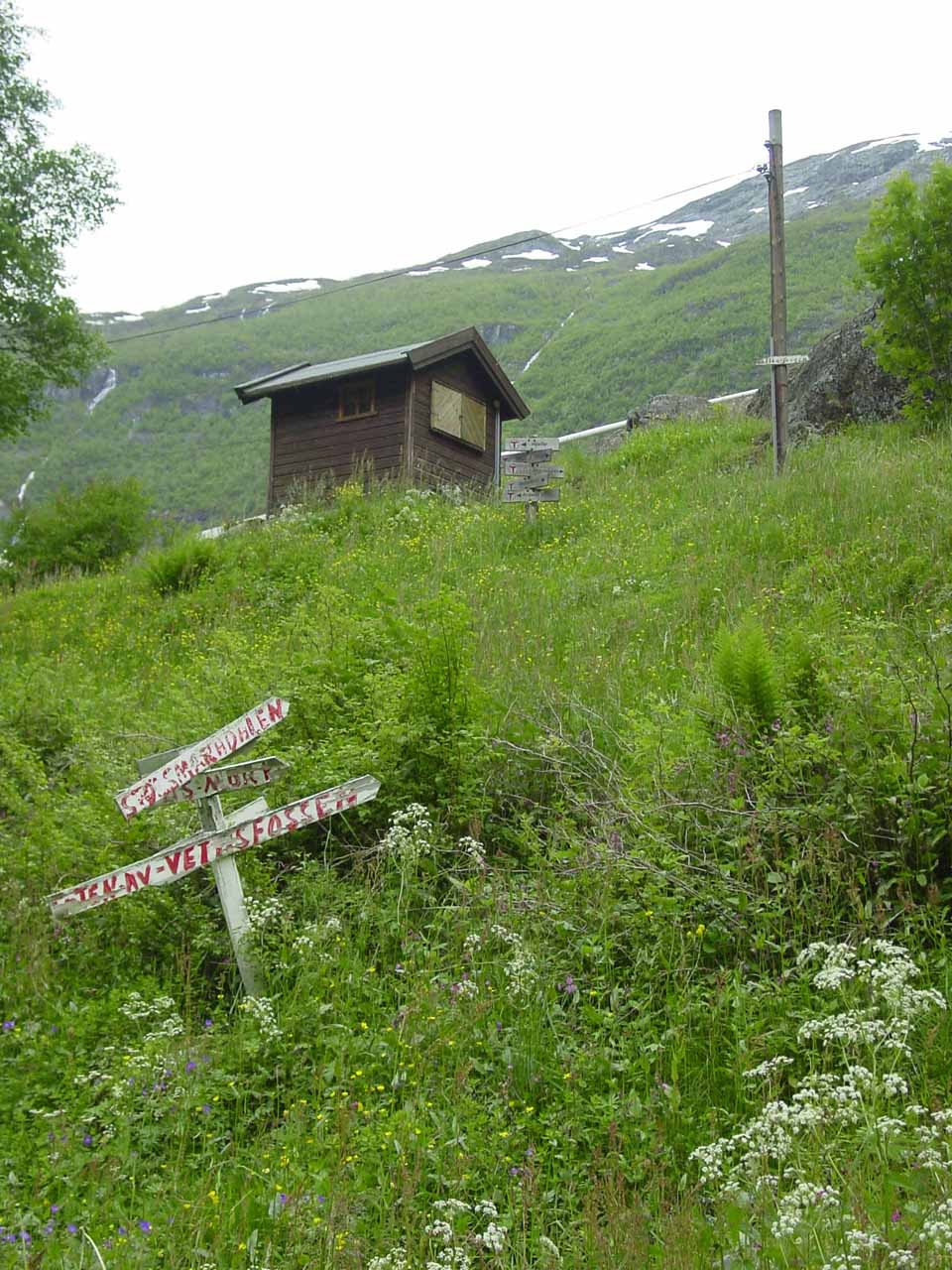 Arrowed signs pointing the way to continue to Vettisfossen
