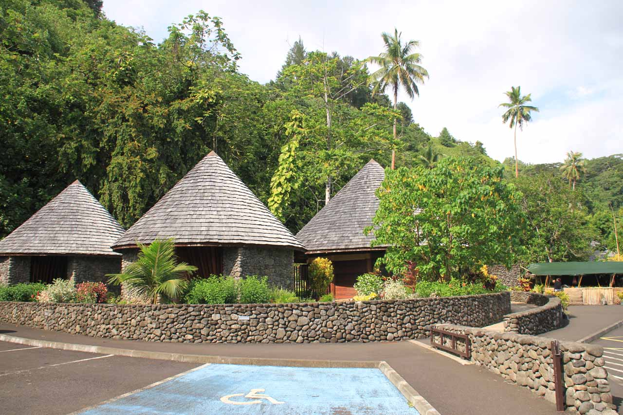 The car park and huts of the Public Garden of Vaipahi