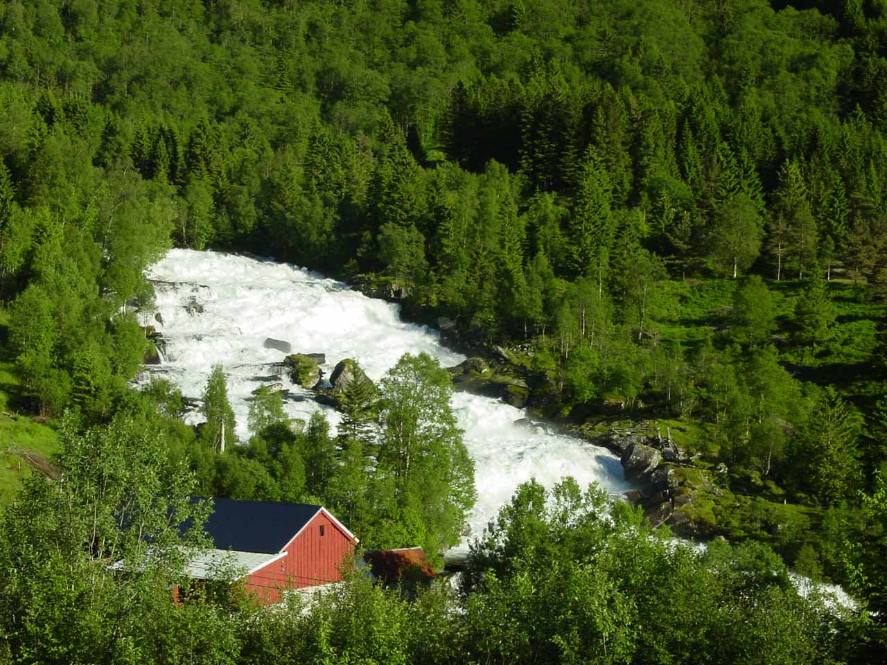 Although Vallestadfossen on its own seemed to be nothing more than rapids, there's something to be said about how idyllic it looked with the red farm surrounded by forest