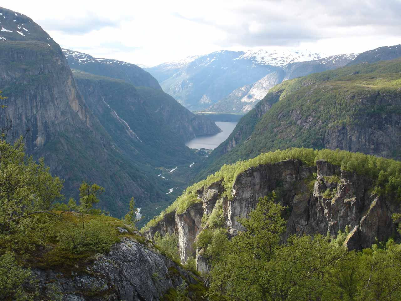 On the way to Vøringsfossen, we passed by the narrow and steep valley Hjølmodalen near the town of Øvre Eidfjord (Upper Eidfjord)