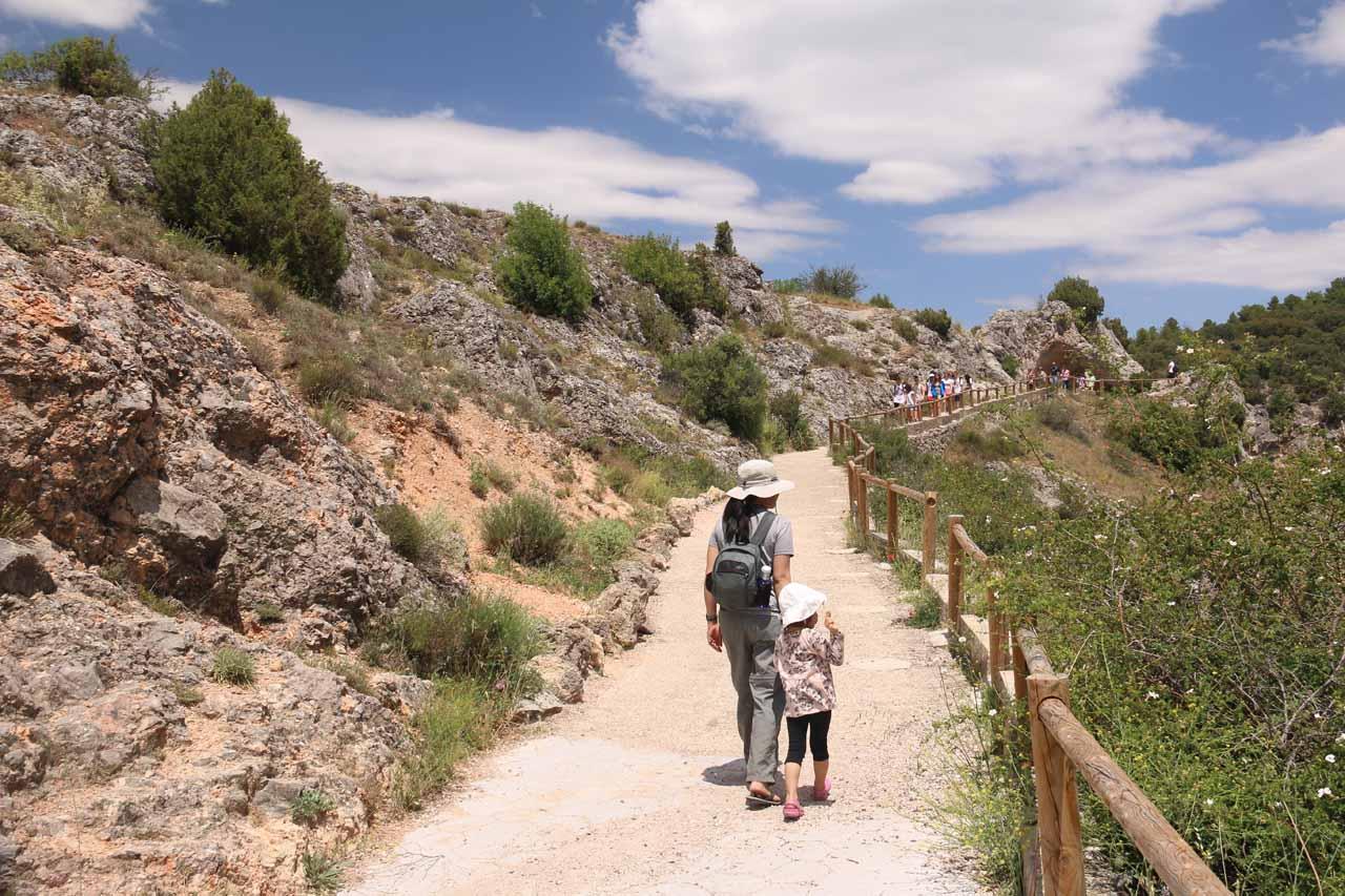 Julie and Tahia approaching the Ventano del Diablo