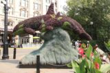 Victoria_BC_504_08032017 - Some orca hedges cut before the Empress Hotel at Victoria Harbour