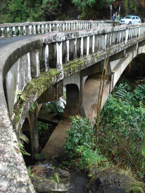 Waikani_Falls_006_jx_02232007 - The makai side of the bridge over the Waikani Stream